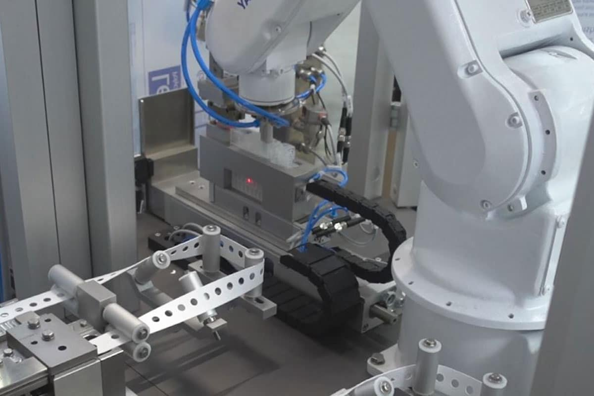 HO-MA fertigt Roboterzellen für CORONA – Diagnostik in Rekordzeit.